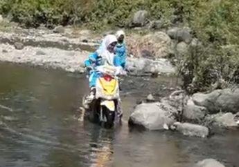 Haru! Demi Cegah Penyebaran Covid-19, Para Guru Naik Motor Trabas Sungai Untuk antarkan Rapot Muridnya