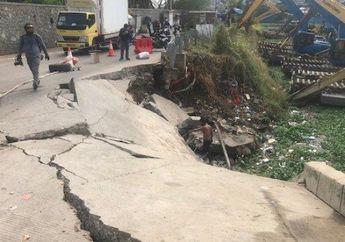 Mencekam, Jalan Raya Inspeksi Waduk Pluit Amblas Karena Tanah Longsor, Pemotor Wajib Waspada, Nih!