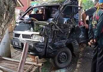 Satu Motor Hancur Ditabrak Mobil Oleng, Pengemudi Mobil Tewas di Lokasi