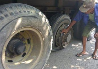 Ambyar Kopi Sama Gorengan, Lagi Asik Nongkrong di Warkop, Ban Kontainer Copot Hantam Motor Matic , Warganet: Gw Kira Cuman Film Dono