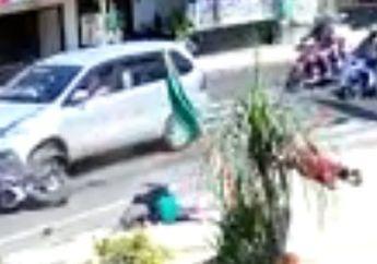 2 Emak-emak Langsung Kejang-kejang Dihantam Mobil, Naik Motor Belok Sembarangan Akhirnya Kena Batunya, Warga Histeris