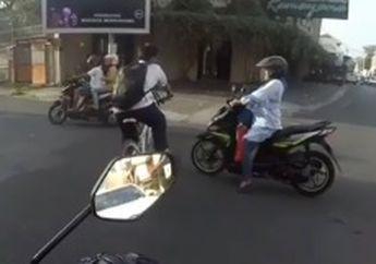 Pengen Nampol! Pemuda Naik Sepeda Nyaris Ambyar Ditabrak Emak-emak, Cuek Banget Padahal Ada Pak Polisi