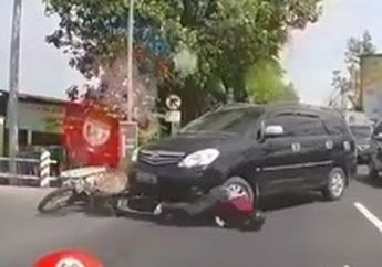 Srookk!! Nyawa Hampir Melayang Pemotor Trail Terseret Masuk Kolong Dimakan  Innova, Netizen Salut Sama Supirnya