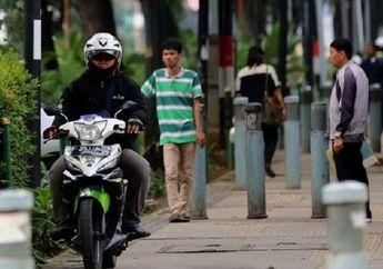 Street Manners: Pemotor Masih Doyan Naik Trotoar, Awas Bisa Kena Denda Sampai 'Dikandangin'