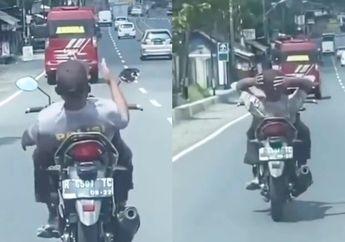 Kelewat Santuy, Video Pemotor Pakai Kaos Polisi Naik Motor Sambil Rebahan, Endingnya Bikin Penasaran