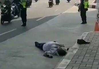 Pemotor Geger! Seorang Pria Paruh Baya Tergeletak di Depan Poins Square Lebak Bulus, Satpam Cuek Bebek