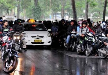 Street Manners: Flyover Bukan Tempat Pemotor Berteduh Saat Hujan, Denda Ratusan Ribu atau Pidana Kurungan Menanti