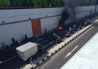 Pemotor Langsung Pada Minggir, Sebuah Motor Mendadak Terbakar Saat Sedang Melaju, Polisi Duga Karena Hal Ini