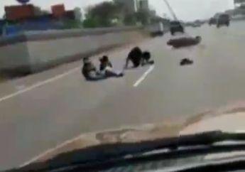 Ngeri Banget, 3 Cewek Naik Motor Trabas Jalan Tol, Oleng Ambyar Kepala  Di Kolong Mobil Fortuner