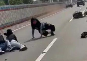 Jungkir Balik Hampir Kelindes! Video 3 Wanita Boncengan Motor Masuk Tol Jakarta-Cikampek, Tabrak Mobil Sampai Terlempar