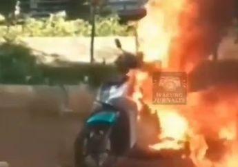 Spontan Bikin Macet, Motor Matic Ambyar Ludes Terbakar di Tengah Jalan, Gak Main-main Langsung Manggil Tim Ini