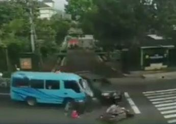 Badan Remuk! 4 Pemotor Ambyar Diseruduk Angkutan Elf, Kaget Ada Mobil TNI, Warganet: Siapa yang Salah?