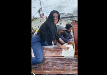 Gokil, Video Cewek Joget Erotis di Atas Peti Mati Kekasihnya Yang Sedang Digotong Menggunakan Dua Motor