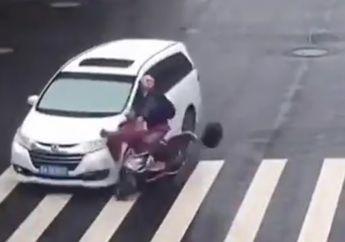 Duh Gara-gara Jalan Licin, Pemotor dan Mobil Terlibat Kecelakaan, Warganet Gagal Fokus Sama Kaki Pemotor