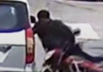 Brak! Viral Video Motor Hantam Pintu Mobil, Endingnya Motor Seperti Linglung