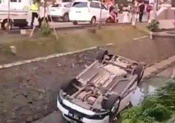 Waduh Gara-Gara Motor Nyusul Seruntulan, Mobil Berisi Satu Keluarga Nyemplung Ke Got