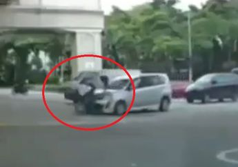 Ambyar! Mobil Hantam Motor di Perempatan Jalan, Aksi Pemotor Bikin Gagal Fokus
