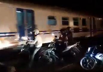 Bikin Deg-degan, Aksi Para Pemotor Nekat Terobos Palang Kereta Api, Hampir Terserempet Gerbong