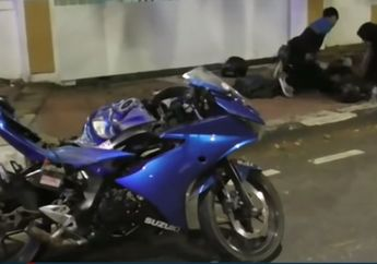 Garis Kejut Bawa Bencana Suzuki GSX-R150 Hancur Pemotor Kritis, Motor Bergerak Liar Hantam Pohon di Pinggir Jalan