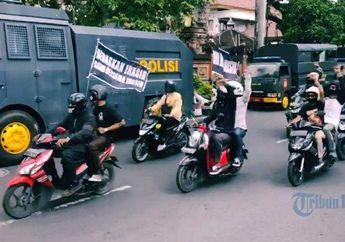 Konvoi Motor Simpatisan Jerinx Berlangsung Tertib, Kawal Mobil Tahanan yang membawa Jerinx dari Rutan ke Pengadilan