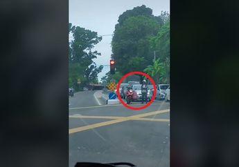 Koplak, Video Saking Lamanya Nungguin Lampu Merah, Pemotor Malah Tinggalkan Motornya Sendirian di Tengah Jalan