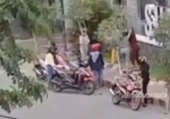 Viral Video Ibu-ibu Berantem Ditonton Pemotor, Diduga Gara-gara Gak Bayar Pesanan Toko Online