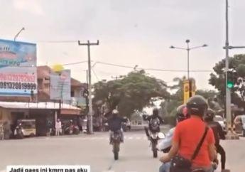 Ngeri! Video Emak-emak Ambyar Seruduk Pemotor Trail Akibat Nekat Trabas Lampu Merah, Netizen: Fix Gw Bela yang Wheelie