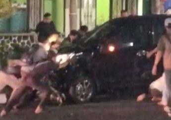 Geger Bocah Jadi Korban Kecelakaan Motor dan Mobil Sampai Masuk Kolong Ditolong Warga, Kondisinya Patah Tulang