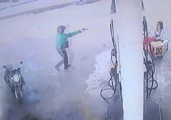 Menggunakan Jaket Ojol, Seorang Pria Todong Pistol Rampok Uang SPBU Dengan Modus BerlagaIsi Bensin Motornya