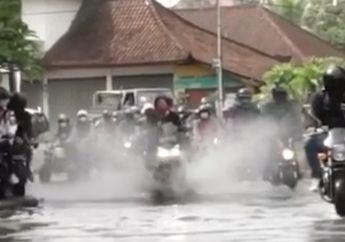 The Power Of Emak-emak Libas Genangan Air Bikin Konvoi Motor Minggir