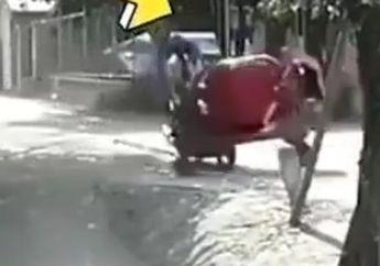Adu Banteng Motor Vs Mesin Molen Cor, Pemotor Langsung Sempoyongan