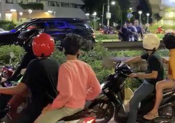 Pemotor Geger, Rombongan Mobil Pukul Pengendara di Jalan Sudirman