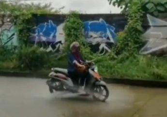 Gokil Emak-emak Libas Genangan Air Lagi, Pemotor Lain Langsung Minggir