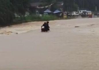 Viral Video Pemotor Nekat Terobos Banjir Besar, Endingnya Bikin Ngeri