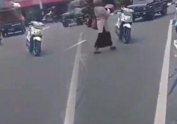 Video Emak-emak Parkir  Motor di Tengah Jalan, Pemotor Lain Minggir