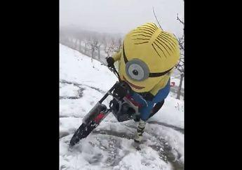 Koplak, Adik Marc Marquez Naik Motor di Atas Salju Pakai Kostum Minion