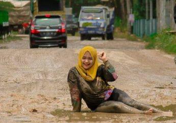 Viral Foto Cewek Cantik Berpose Bak Model Profesional di Jalanan Rusak