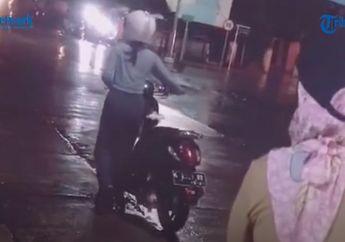 Viral, Video Cewek Cantik Ditinggal Pacarnya Sampai Bensinnya Habis, Dorong Motor Sambil Hujan-hujanan