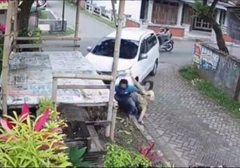 Video Detik-detik Motor Ditabrak Mobil Belok, Yang Nyetir Ibu-ibu
