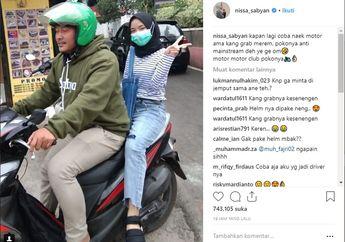 Potret Penyanyi Nissa Sabyan Naik Motor Ojol, Kok Enggak Pakai Helm?