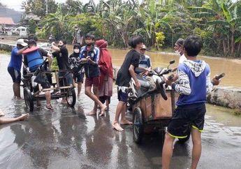 Bayar Seikhlasnya, Motor Lolos dari Banjir Naik Ojek Gerobak