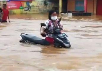Heboh Emak-emak Dorong Motor Honda BeAT Melibas Derasnya Banjir Bekasi