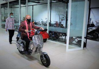 Ajib, Teten Masduki Jajal Vespa Chopper Listrik Garapan Elders Garage