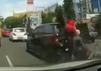 Brakk, Pemotor Ambyar Sampai Terpental Tabrak Mobil dari Belakang