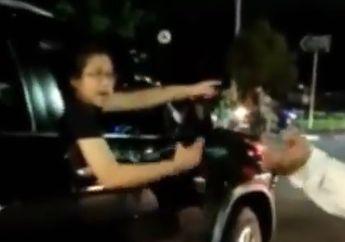 Tabrak Pemotor, Pengemudi Fortuner Marah-marah Sambil Acungkan Pistol di Tengah Jalan