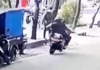 Viral Video Nekat Pemotor Jambret Ponsel Pria Lagi Nongkong di Trotoar