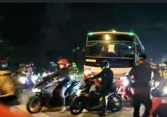 Parah, Video Pemudik Motor Terobos Penjagaan Polisi di Karawang