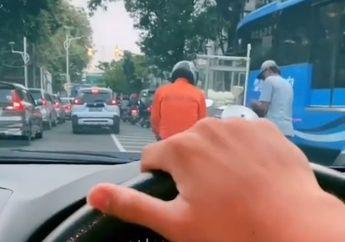 Video Pemotor Berhenti di Tengah Jalan Buat Beli Bakpao, Warganet Ngakak