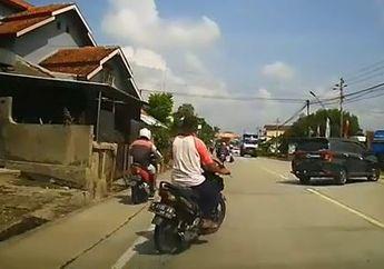Mobil Berhenti Gara-gara Ada Pemotor di Pinggir Jalan, Endingnya Bikin Melongo