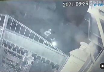 Bekasi Mencekam, Begal Sadis Terekam CCTV Pemotor Dibacok Berkali-kali
